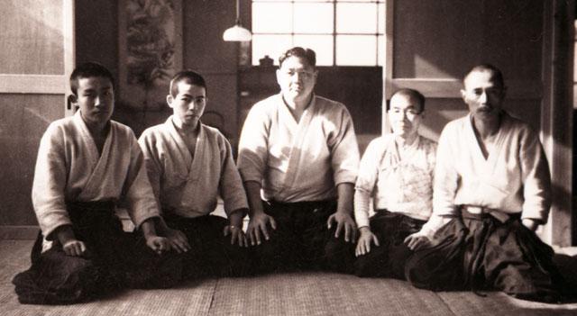 From left, Kisshomaru Ueshiba, Zenzaburo Akazawa, Tenryu; far right, General Makoto Miura, 1939